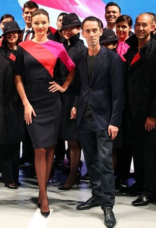 Miranda-Kerr-and-Martin-Grant-pose-alongside-Qantas-staff-the-Qantas-uniform-unveiling-Sydney-April-2013-portrait-cropped