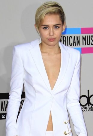 Miley-Cyrus-2013-American-Musuc-Awards-Los-Angeles-portrait-cropped
