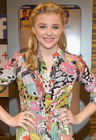 Chloe-Grace-Moretz-Despierta-America-at-Univision-Headquarters-Miami-portrait-cropped