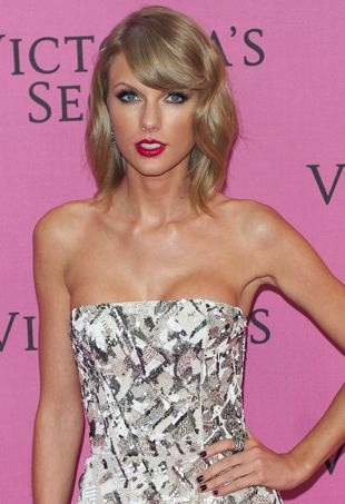 Taylor-Swift-VSFashionShow-portraitcropped