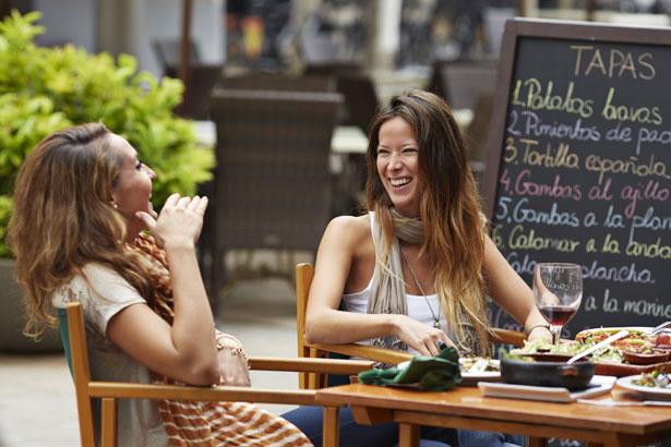 2 women eating at a restaurant
