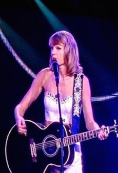 Taylor Swift and Lisa Kudrow Just Brought the House Down with a 'Smelly Cat' Duet