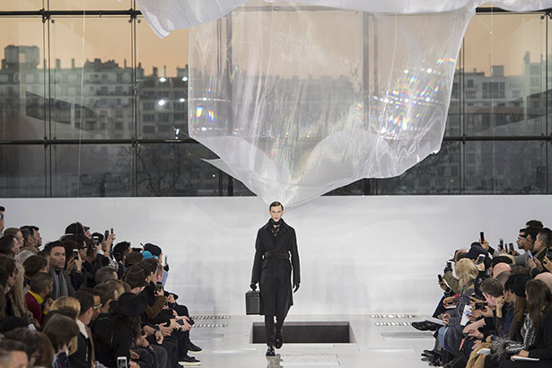 See all the Louis Vuitton Men's Fall 2016 looks from the runway.