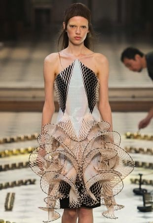 Iris-Van-Herpen-Fall2016-HauteCouture-2-portraitcropped