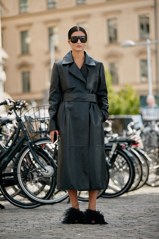 02-stockholm-spring-2019-street-style-black-leather-trench-sunglasses-feather-shoes.jpg (667×1000)