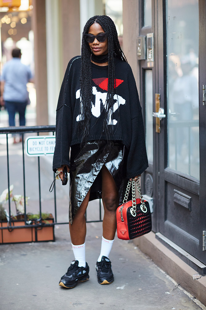 10-new-york-spring-2018-street-style-black-logo-sweater-patent-wrap-skirt-white-socks-black-sneakers.jpg (667×1000)