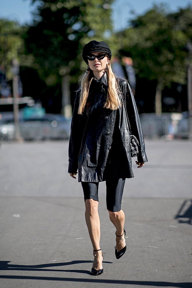 11-paris-haute-couture-fall-2018-street-style-baker-boy-hat-long-leather-jacket-bike-shorts-heels.jpg (667×1000)