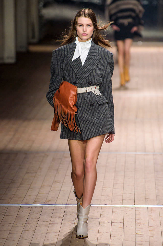 isabel-marant-fall-2018-runway-oversized-blazer-bow-blouse-fringed-blouse-cowboy-boots.jpg (666×1000)