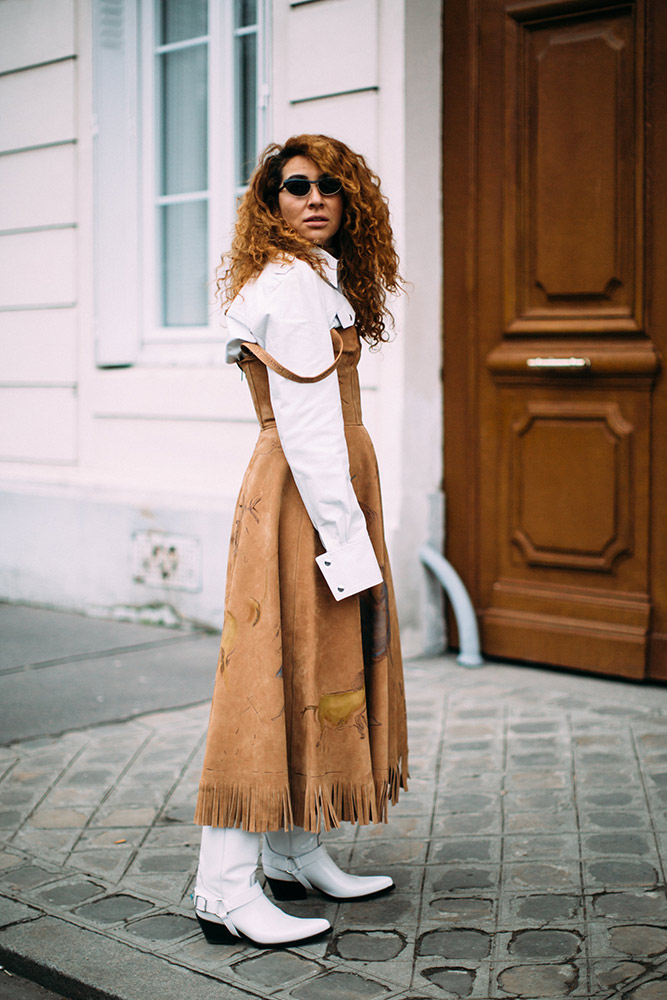 paris-fashion-week-fall-2018-street-style-white-blouse-beige-fringed-dress-white-cowboy-boots.jpg (667×1000)