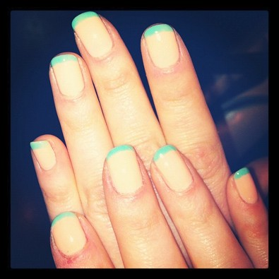 Zooey Deschanel's Pastel Manicure