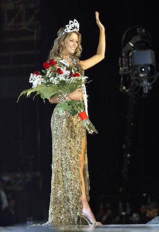Jennifer Hawkins wins Miss Universe