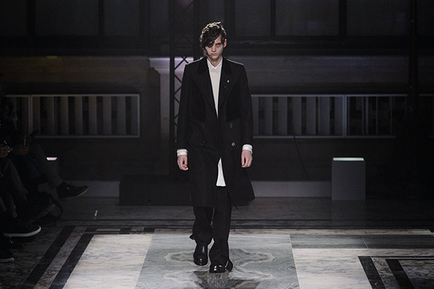 See all the Alexander McQueen Men's Fall 2016 looks from the runway.